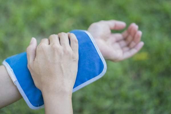 как правильно оказать помощь при ушибах и растяжениях