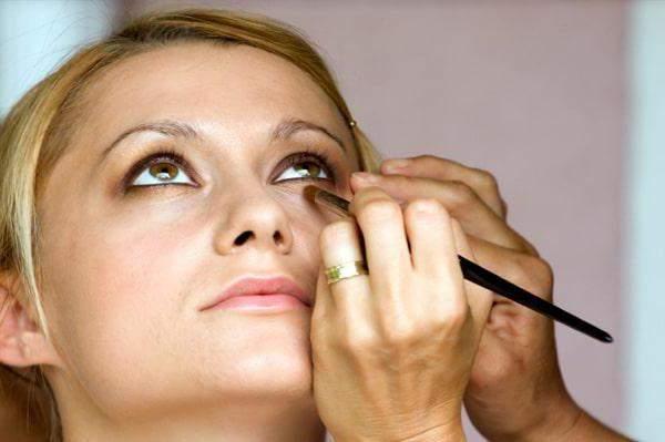 как с помощью косметики скрыть отеки под глазами