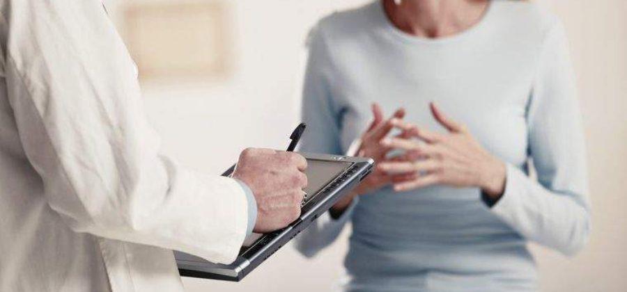 При ушибе грудной клетки пострадавшего транспортируют в положении